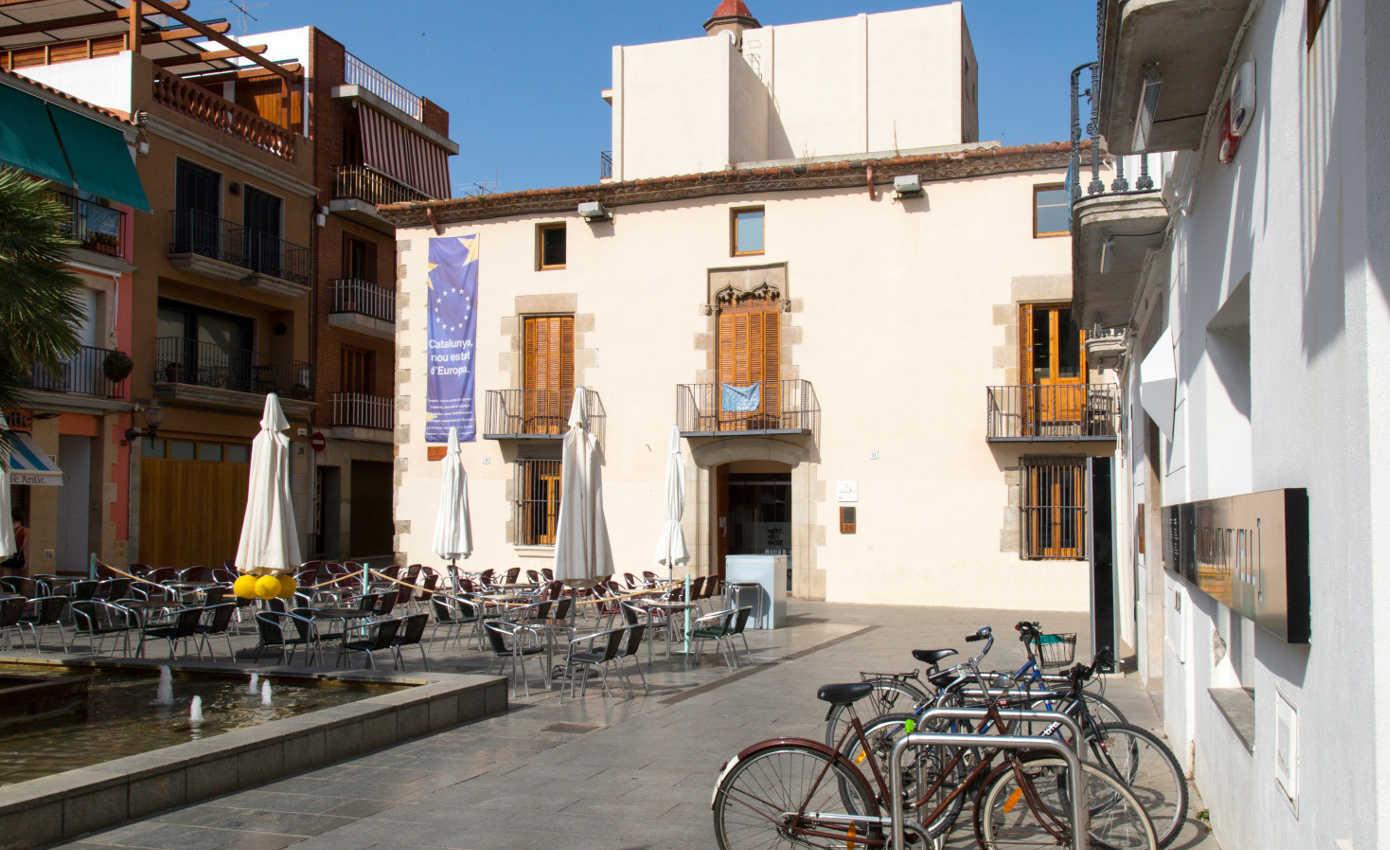 Biblioteca de Calella a la plaça de l'Ajuntament