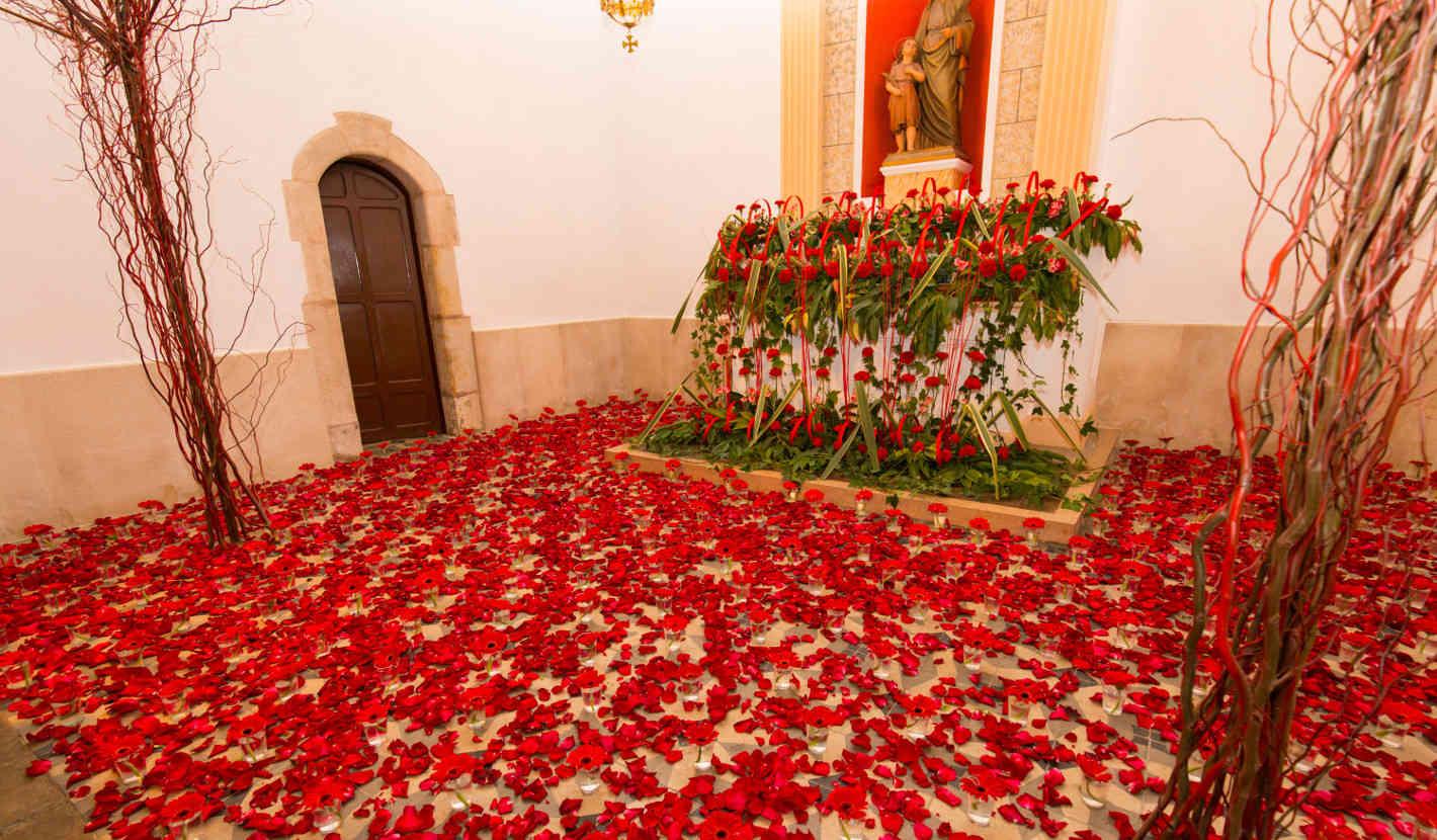Flors a l'altar capella de Sant Quirze i Santa Julita