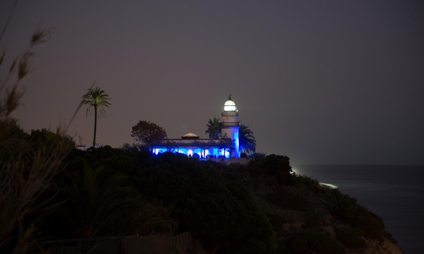 Far de Calella il·luminat de blau