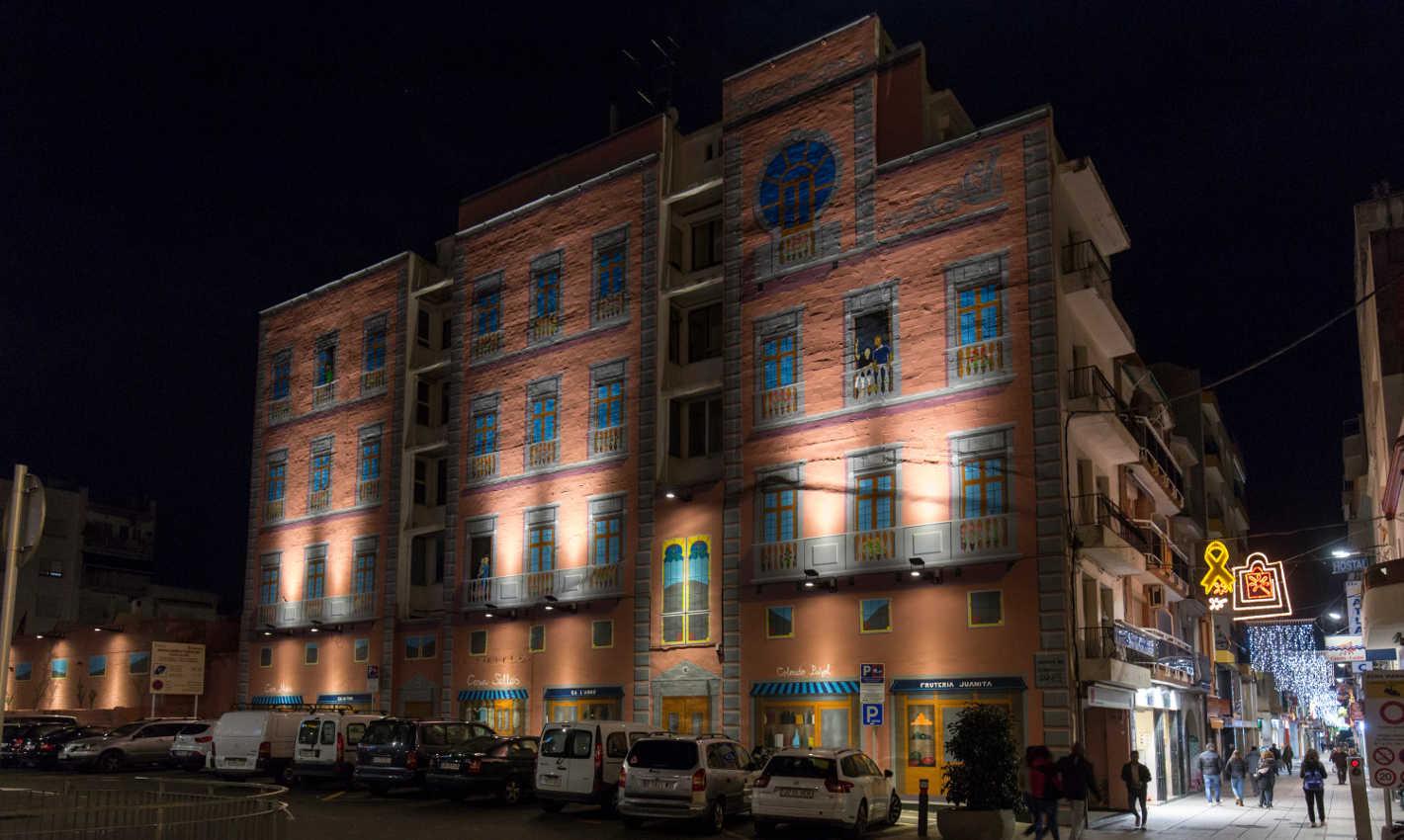 Mural il·luminat a la plaça del Mercat de Calella