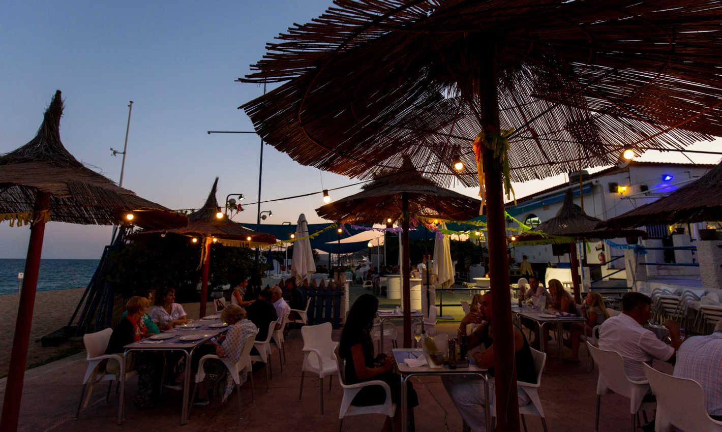 Terrasses de nit davant la platja de Calella