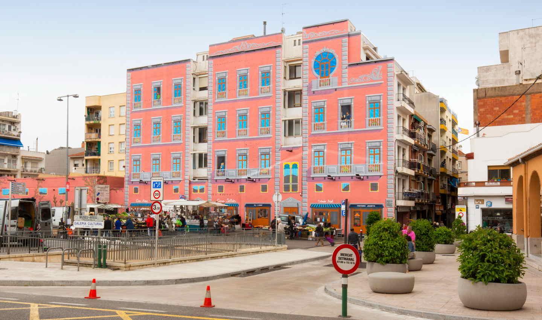 Mural artístic a la plaça del Mercat de Calella